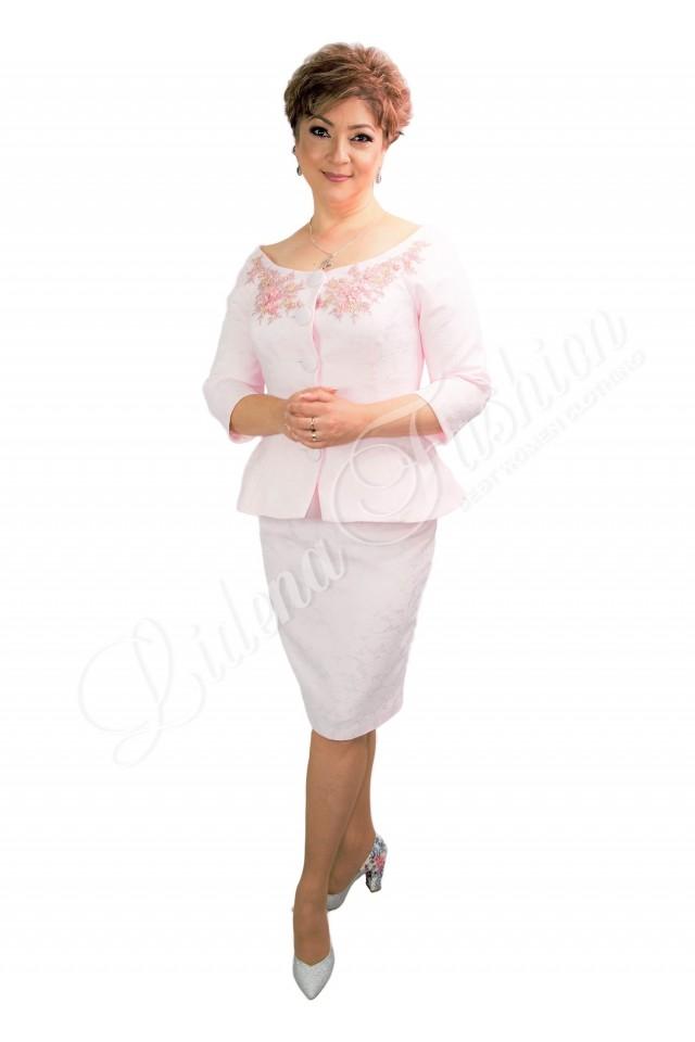 Costum damă roz din brocard cu aplicație dantelă